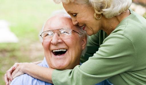 Lachendes Senioren-Ehepaar.