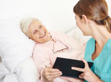 MediCare kümmert sich um Seniorin nach Klinikaufenthalt.