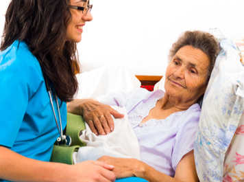 MediCare Pflegerinnen kümmert sich um Seniorin auch in letzten Momenten.