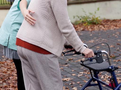 MediCare Pflegerinnen unterstützt Seniorin bei der Rehabilitation.