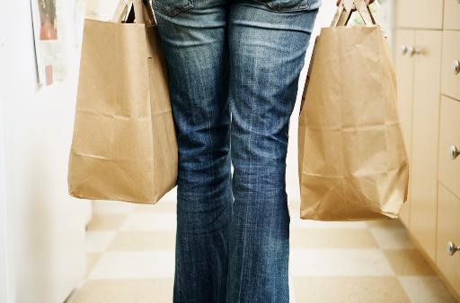 Frau mit Einkaufstaschen: MediCare Pfleger übernehmen auch den Haushalt.