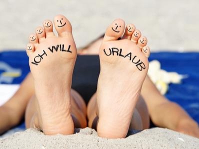 """Beschriftete Füße """"Ich will Urlaub""""; dafür bietet MediCare auch Verhinderungspflege."""