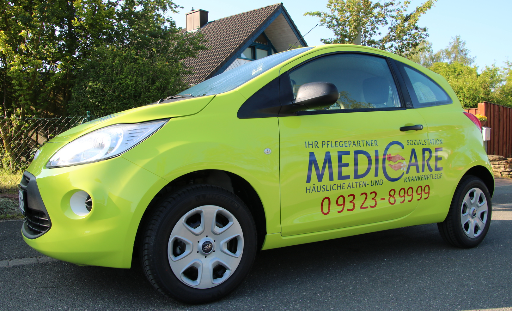 Auto mit Sozialstation MediCare-Logo.